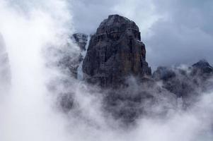 berg i dimman foto