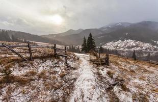 snöiga berg före storm.