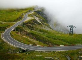 bergsväg med dimma
