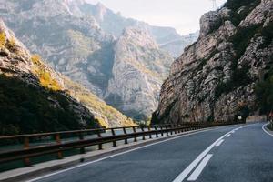 väg genom bergen foto