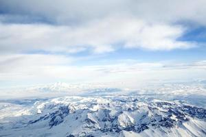 toppen av snöiga berg foto