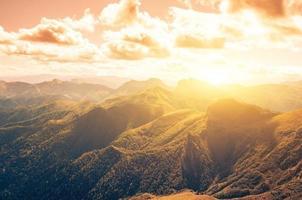 vaggar berg på hösten
