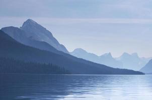tidigt ljus över Maligne sjön foto