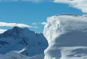 klippa med snö (österrike). foto