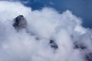fantastiska moln i bergen foto