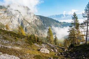 höstvandring i alperna - gyllene 1 oktober foto