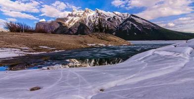 Lake Minnewanka, Banff National Park vinter snö is spricka foto