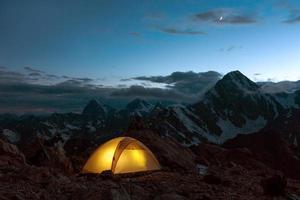 skymning berg panorama och tält foto