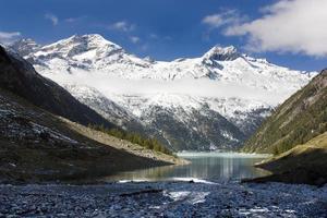 vacker utsikt över Mount Olperer ovanför Schlegeisspeicher sjön