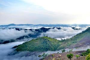 moln rullar över den vulkaniska bergstoppen