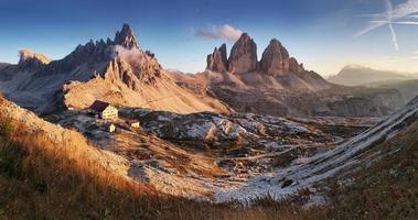 solnedgångbergpanorama i dolomiterna i Italien - tre cime
