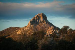 berg i solljus foto