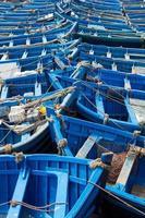 blå fiskebåtar inriktade i essaouira foto