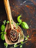 träskedar med kryddor och örter foto