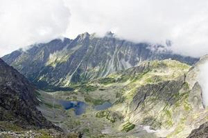 dimma över bergstoppar foto
