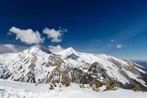 berg täckt med snö i pirin foto