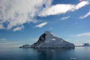 snöiga berg i Antarktis