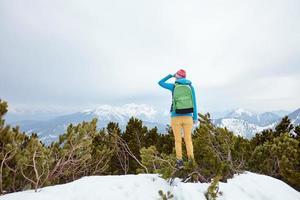 flicka som tittar till bergen foto