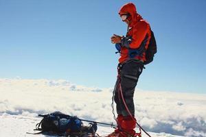 vandrare på toppen av ett berg foto
