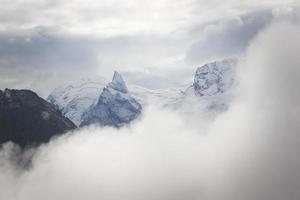 landskap av högt berg med moln på en klar dag