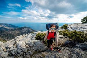 ung bergsklättrare på toppen av ön foto