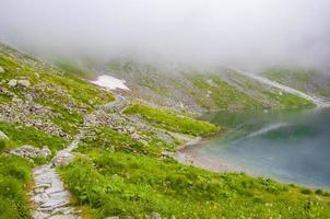 stig av den svarta sjön nedanför rysy mount foto