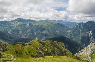 moln över bergen foto