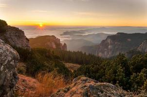 soluppgång i Ceahlau-bergen foto