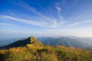 stigar på bergstoppen och blå himmel