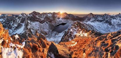 bergspanorama på vintern faller i slovakia tatras foto