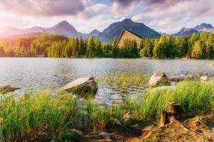 majestätisk fjällsjö i nationalparken höga tatra. strbske ples foto