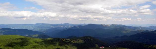 panoramautsikt över det vackra landskapet i de karpatiska bergen foto