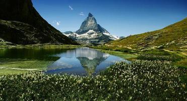 materiahorn reflekterar i sjön foto