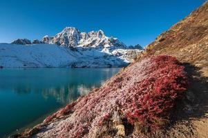 gokyo sjö och pharilapche topp, nepal foto