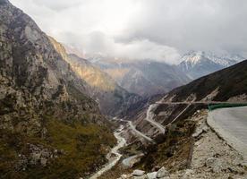 väg mellan bergen i Tibet