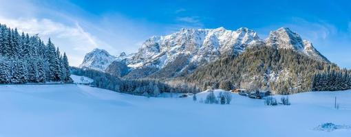 vackert vinterberglandskap i de bayerska alperna, Bayern, Tyskland foto