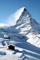 spetsen av snötäckta bergsmattahorn i Schweiz