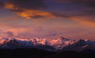 europeiska alperna vid solnedgången foto