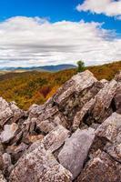 höstsikt av de blå åsbergen från det stenblock-täckta foto
