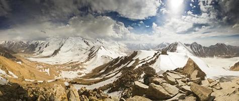 panorama över snöiga toppar från bergstoppen foto