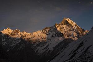 sikt av berget machhapuchchhre vid solnedgången - fisksvans foto