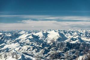 Flygfoto till snöiga bergstoppar i Österrike tyrolen