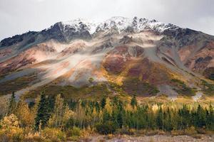 höstfärg snötäckt topp alaska intervall höstsäsong foto