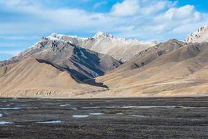 vackert tibetant landskap med frysta sjöar och snöiga berg foto