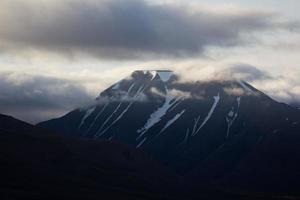 snötäckta berg av svalbard.