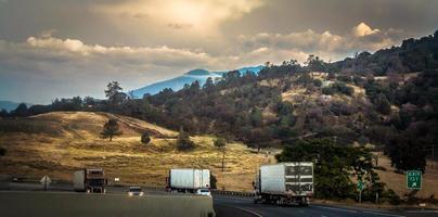 lastbilar som kör genom bergen