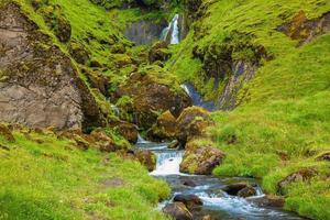 juli på Island. basaltberg