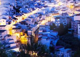 vit spansk stad i berg foto