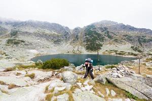trött backpacker ovanför en sjö. foto