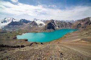 utsikt över alpina bergsjön ala-kul